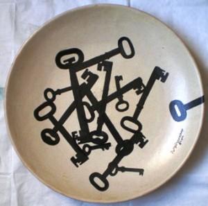 Piatto con chiavi nere, 1988 ceramica dm.40