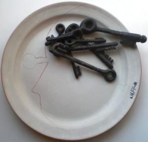 Piatto-con-profilo-e-chiavi-ceramica-1985-pio-mastrogiacomo
