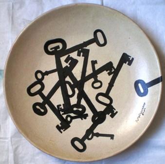 Piatto con chiavi nere, 1988 ceramica dm.40, Pio Mastrogiacomo