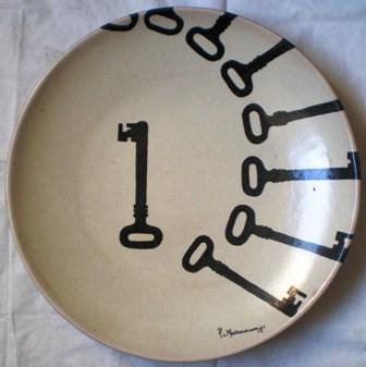 Piatto con chiavi nere, 1988 ceramica dm.40,Pio Mastrogiacomo