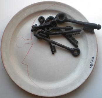 Piatto con profilo e chiavi, 1985 ceramica artistica, Pio Mastrogiacomo.