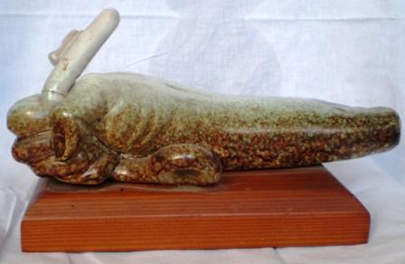 Mano che in pugna con forza la chiave, 1983 ceramica cm 30x15,Pio Mastrogiacomo