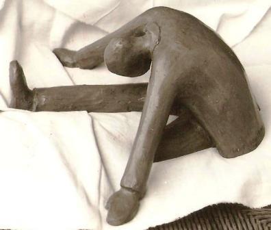 Soldato in meditazione, 1993 terracotta h 20, Pasquale Mastrogiacomo, Acerno(SA).