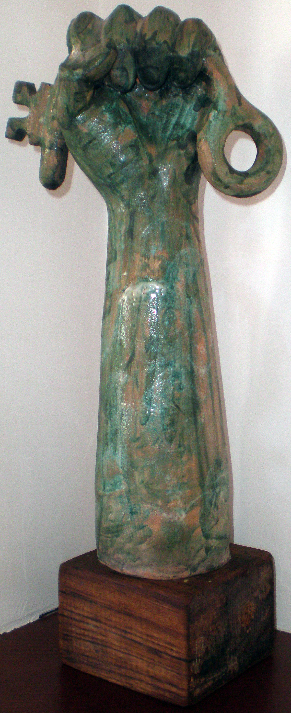 Dopo la rivouzione (After the revolution), 1995 ceramica artistica (ceramic art), h cm 50, Pio Mastrogiacomo, Acerno (SA).
